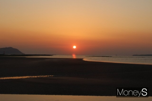 지난 8일 종달리의 일출. 왼쪽 섬은 우도다. /사진=박정웅 기자