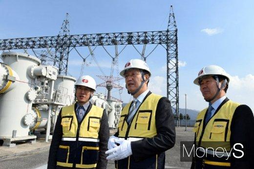 수도권 전력공급의 중요시설인 신안성변전소의 안전점검을 하고 있는 김종갑 한전 사장(사진 가운데)/사진=한전 제공