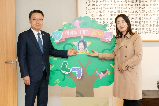 송종욱 광주은행장(왼쪽)은 18일 오후 '희망이 꽃피는 꿈나무 1호' 선정식에 참석했다./사진제공=광주은행