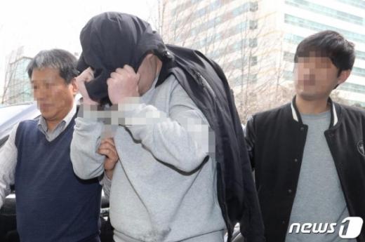 '청담동 주식부자' 이희진씨의 부모 살해 용의자 김모씨(34)가 18일 오전 경기도 안양 동안경찰서에서 조사를 받기 위해 이동하고 있다./사진=뉴스1