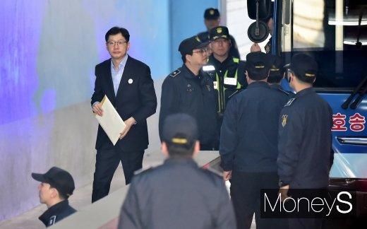 [머니S포토] 1심 실형 김경수 지사, 항소심 첫 공판 출석