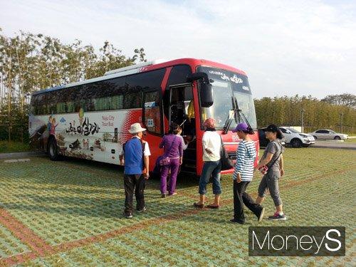 나주시티투어 버스에 관광객들이 탑승하고 있다. /사진=나주시 제공