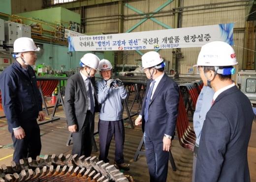 김봉빈 동서발전 건설처장(왼쪽에서 두번째)이 고정자권선 설비에 대한 설명을 듣고 있다./사진제공=동서발전