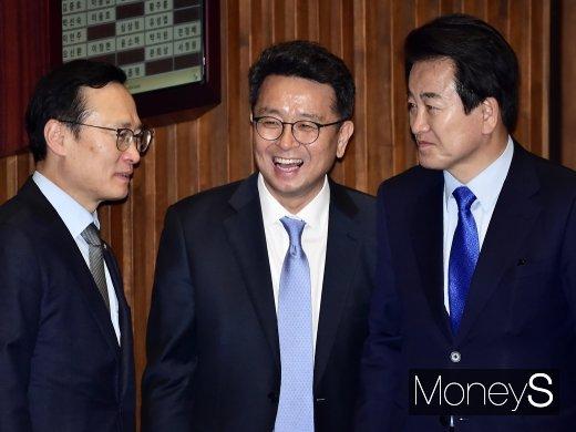 [머니S포토] 국회 대정부질문, 담소 나누는 홍영표-이철희-정동영