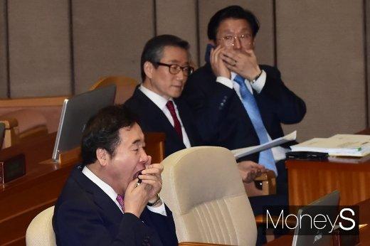 [머니S포토] 본회의 준비하는 이낙연 총리