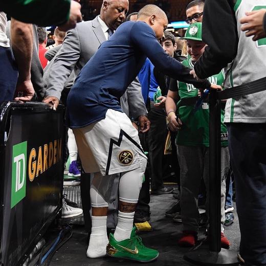 19일(한국시간) TD가든에서 열린 2018-2019시즌 미국프로농구(NBA) 보스턴 셀틱스와의 경기 후 어린 홈 팬에게 본인의 신발을 선물한 덴버 너게츠의 가드 아이재아 토마스. /사진=NBA 공식 트위터