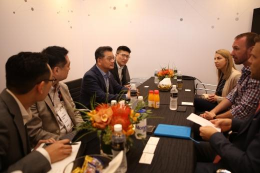 한화생명 여승주 사장(왼쪽에서 세번째)이 영국 바클레이스 최고혁신책임자인 존 스테처(오른쪽에서 두번째) 및 관계자들과 핀테크 및 스타트업 엑셀러레이팅 관련한 미팅을 진행하고 있다./사진=한화생명 제공