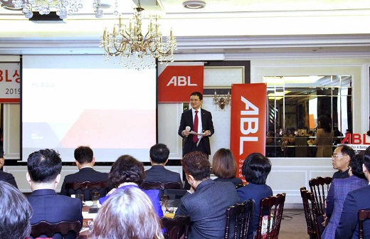 순레이 ABL생명 사장이 지난 20일 열린 경남지역 'ABL 영업현장 로드쇼' 행사에서 회사 비전을 발표하고 있다. / 사진=ABL생명