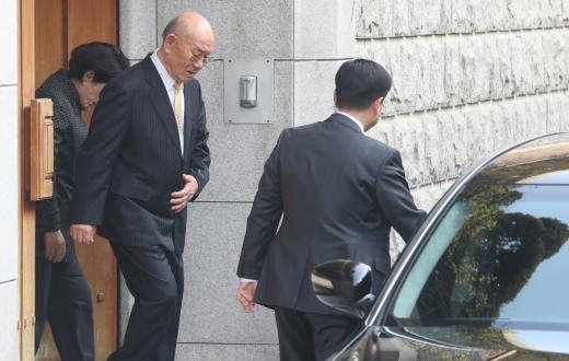 전두환씨가 광주지방법원에서 열리는 고 조비오 신부에 대한 사자명예훼손 혐의 관련 재판 출석을 위해 지난 11일 자택을 나서는 모습. /사진=뉴시스 김병문 기자