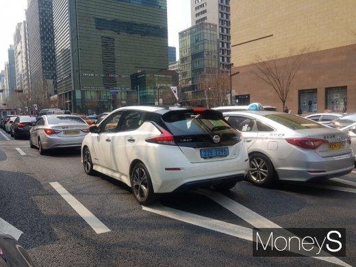 도로를 주행중인 닛산 신형 리프 뒷모습. /사진=이지완 기자