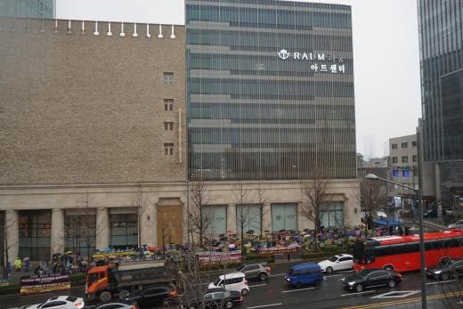 서울 논현동 라움아트센터 주변 시위현장. /사진제공=조합