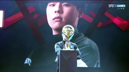문호준이 개인전 최강자로 올라서며 우승컵을 들어올리고 있다. /사진=중계화면 캡쳐