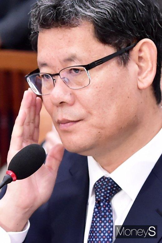 [머니S포토] 안경 고쳐쓰는 김연철 통일부 장관 후보자