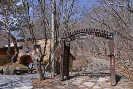 장성새재길로 가는 관문인 입암산성 탐방로. /사진=한국관광공사