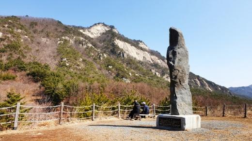 해발 525m에 세워진 백두대간 하늘재 정상석. /사진=한국관광공사