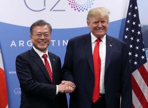 문재인 대통령이 지난해 11월 부에노스아이레스 코스타 살게로 센터 G20 양자정상회담 접견실에서 도널드 트럼프 미국 대통령과 정상회담에 앞서 악수하고 있다./사진=뉴시스