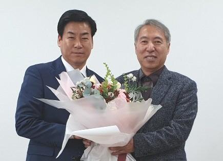 한국해양대학교가 '해양경제연구센터' 소장에 유일선 교수(오른쪽)와 부소장에 정정복 위원장(부산축구협회장)을 임명했다./사진제공=해양대학교