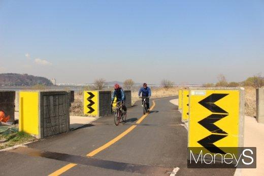 [머니S포토] 봄이 왔어요… 자전거 타는 시민들