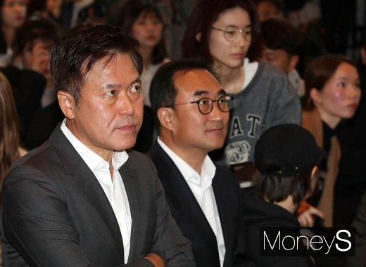 [머니S포토] 5GX 서비스 영상 바라보는 박정호 사장
