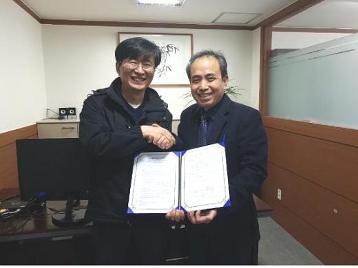 권대오 위드위 이사, 김균하 세종E글로벌 회장(오른쪽)./사진제공=위드위