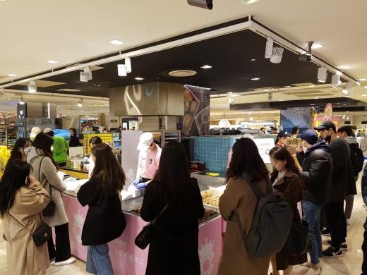 롯데백화점 본점 '나리꼬모' 팝업 스토어에 고객들이 구입을 위해 기다리고 있다./사진=롯데백광주점 제공.