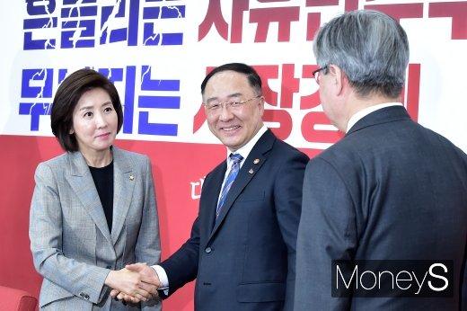 [머니S포토] 나경원 예방나선 홍남기·이재갑 장관