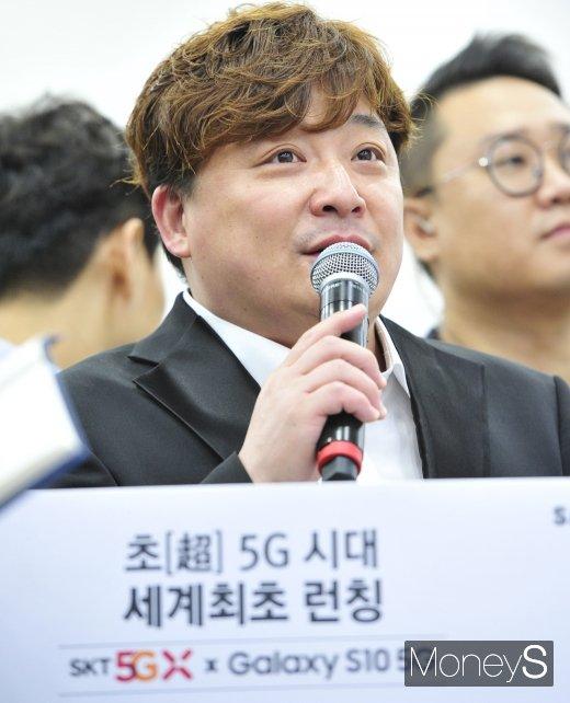 [머니S포토] '갤럭시 S10 5G 개통식'에서 사회 보는 윤정수