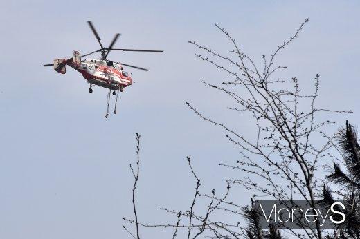 [머니S포토] 화마와의 싸움 속 열일하는 산림청 헬리콥터