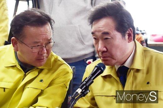 [머니S포토] 고성 찾은 이낙연, 김부겸 장관과 의견 조율