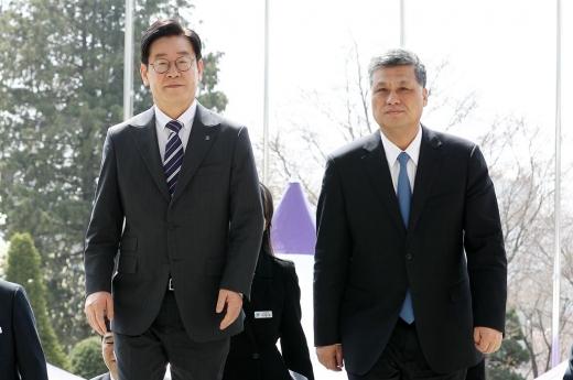 이재명 경기도지사가 5일 마씽루이(馬興瑞) 광둥성 성장(오른쪽)을 만나 광둥성에 있는 임시정부 유적에 대한 발굴과 보존사업에 대한 협력을 요청했다. / 사진제공=경기도