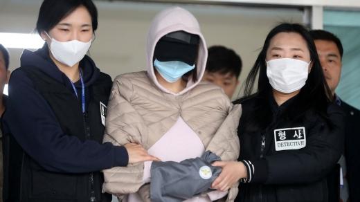 구속 수감되는 황하나(가운데). /사진=뉴시스 추상철 기자