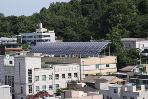 한중문화관에 태양광발전설비 설치 모습/사진제공=인천 중구청