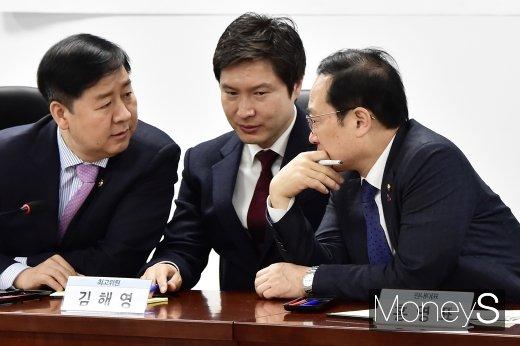 [머니S포토] 고교무상교육 시행 재정관련 의견 나누는 홍영표-김해영-구윤철