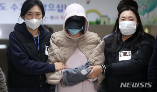 '마약 투약 혐의'로 체포된 남양유업 창업주의 외손녀 황하나씨가 지난 6일 오후 경기 수원남부경찰서에서 구속 전 피의자심문(영장실질심사)를 받기 위해 법원으로 향하고 있다. /사진=뉴시스