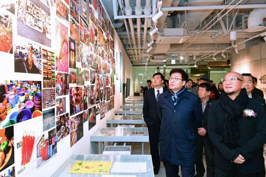 수원시(시장염태영)는 9일 수원컨벤션센터 내 미술관'아트스페이스광교'를 개관하고, 첫 전시 '최정화, 잡화雜貨' 개막식을 열었다. / 사진제공=수원시