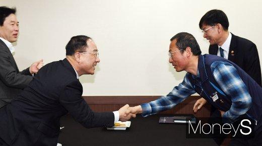 [머니S포토] 민노총위원장 만난 홍남기 부총리