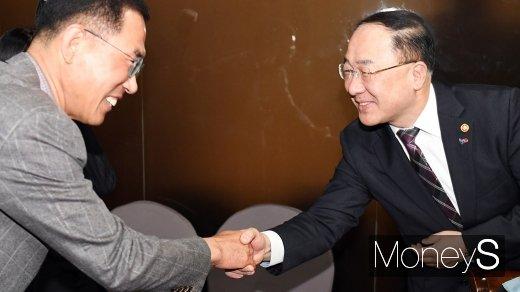 [머니S포토] 인사 나누는 홍남기 부총리와 김주영 한노총 위원장