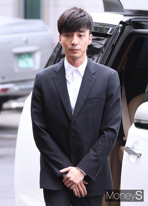 [머니S포토] '음란물 유포 혐의' 로이킴, 경찰 출석