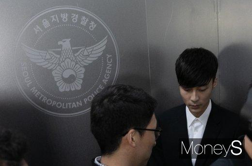 [머니S포토] '음란물 유포 혐의' 로이킴, 경찰 조사실로