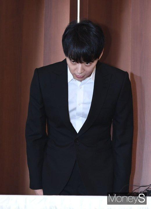 [머니S포토] 긴급 기자회견 전 인사하는 박유천