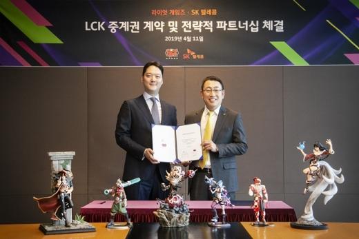 박준규 라이엇게임즈 한국대표(왼쪽)와 유영상 SK텔레콤 MNO 사업본부장이 LoL 피규어를 들고 포즈를 취하고 있다. /사진=라이엇게임즈