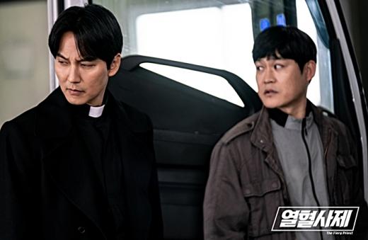 극 후반부로 들어서며 찰떡 케미를 보여준 김남길과 김성균. /사진=열혈사제 공식 홈페이지