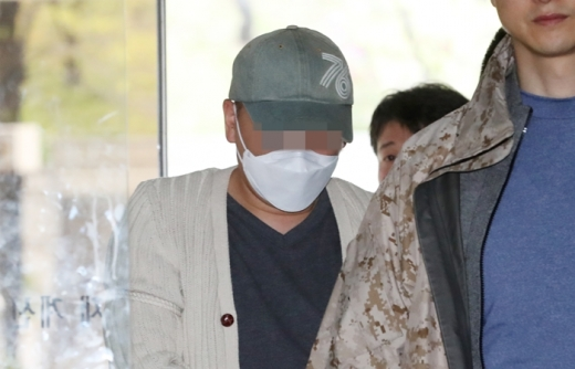 동거녀에게 처방전 없이 프로포폴을 투약해 사망에 이르게한 혐의를 받는 성형외과 의사 이모(43)씨가 구속전 피의자심문(영장실질심사)에 출석하고 있다. /사진=뉴스1