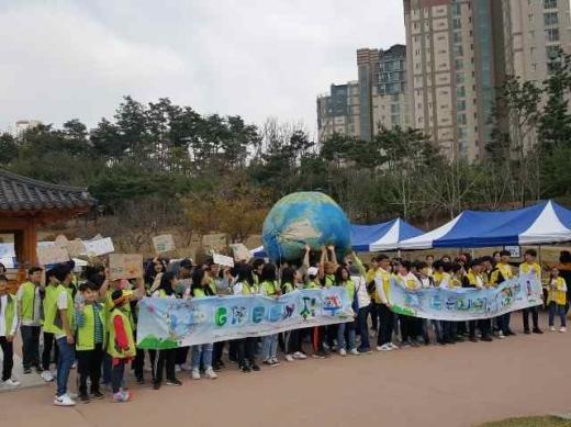 ▲ 화성시 지구의 날 거리 행진 캠페인 모습. / 사진제공=화성시