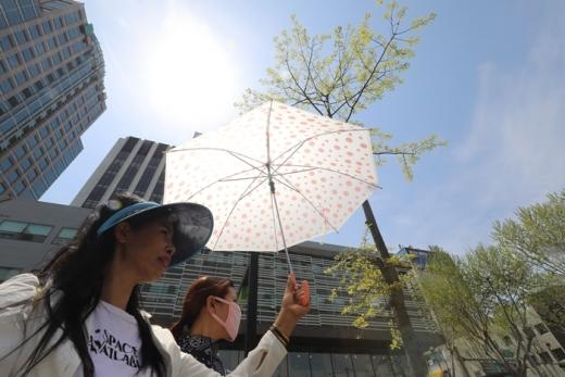 대구를 찾은 관광객들이 더위를 피하기 위해 양산을 쓰고 이동하고 있다. /사진=뉴스1