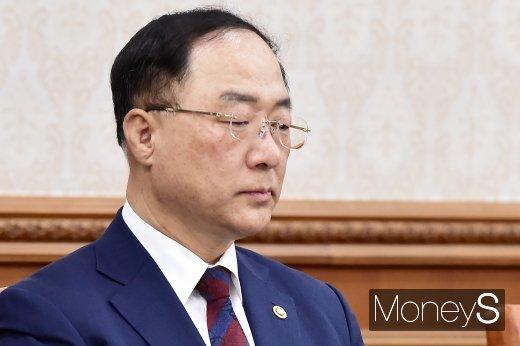[머니S포토] 2019년도 추경 관련 발언 경청하는 홍남기 부총리