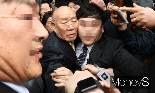 전두환. 불출석 허가 신청서. 전두환씨가 오는 5월 13일 광주에서 열리는 두 번째 공판기일에 불출석허가 신청서를 제출했다. /사진=임한별 기자