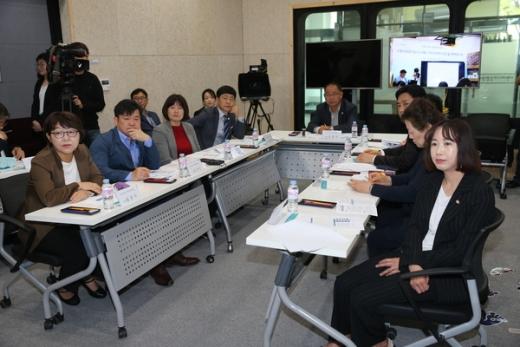 수원시의회 의원연구단체 '지역공동체 발전을 위한 선진지 사례 연구' 보고회. / 사진제공=수원시의회