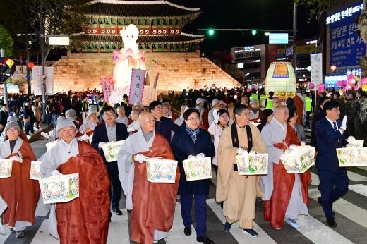 ▲ 염태영 수원시장이 연등축제에서 스님, 시민들과 함께 연등행렬에 참여하고 있다. /사진=수원시