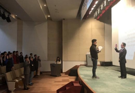 안전실천 결의대회에서 선서하는 안현규 말관리사./사진제공=한국마사회